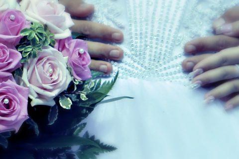 mariés avec un bouquet de fleur